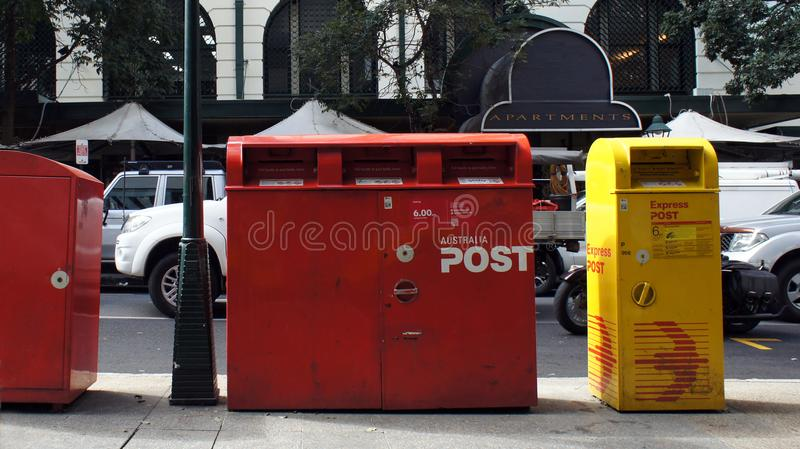De Australische mening van de postbussen rode en gele straat stock foto
