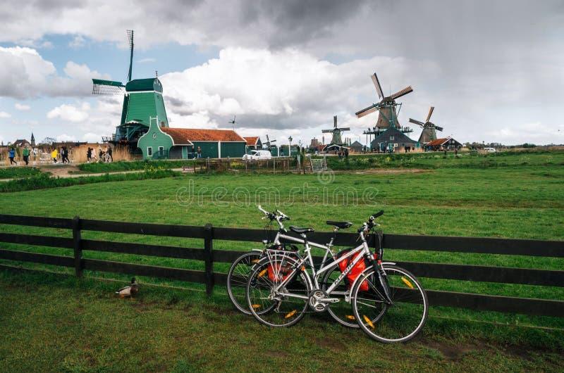 De authentieke molens van Zaandam en bicyles, Nederland royalty-vrije stock afbeelding