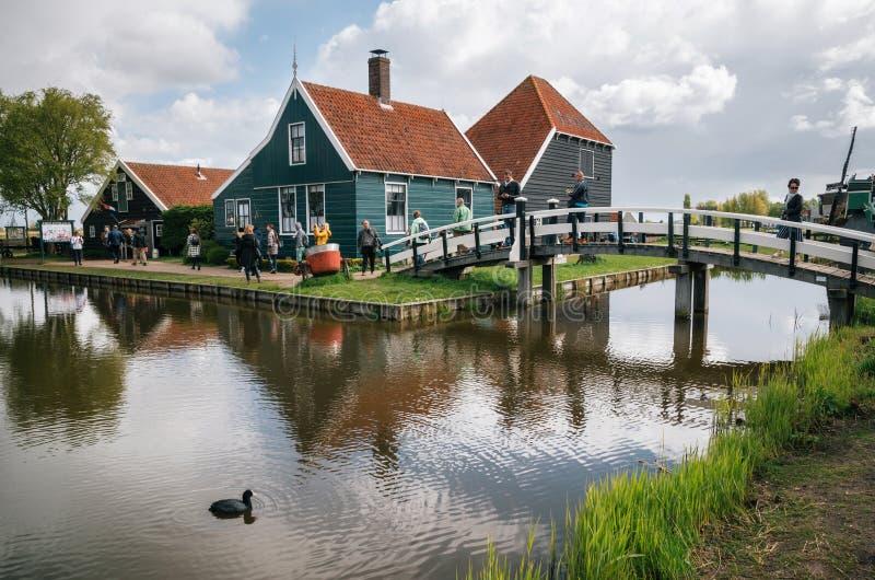 De authentieke molens van Zaandam en traditionele trillende huizen op het waterkanaal in Zaanstad-dorp, Nederland royalty-vrije stock fotografie
