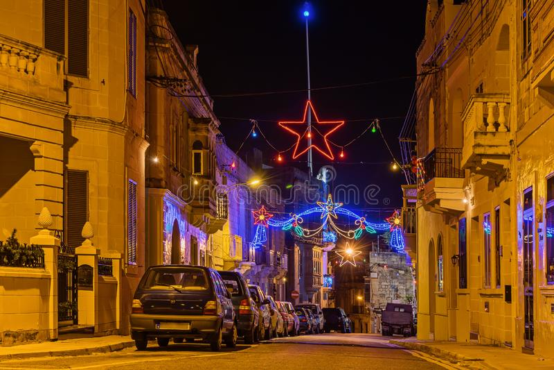 De authentieke Straat van oude stad van Malta met Kerstmis steekt decoratie en en verlichting aan stock afbeeldingen
