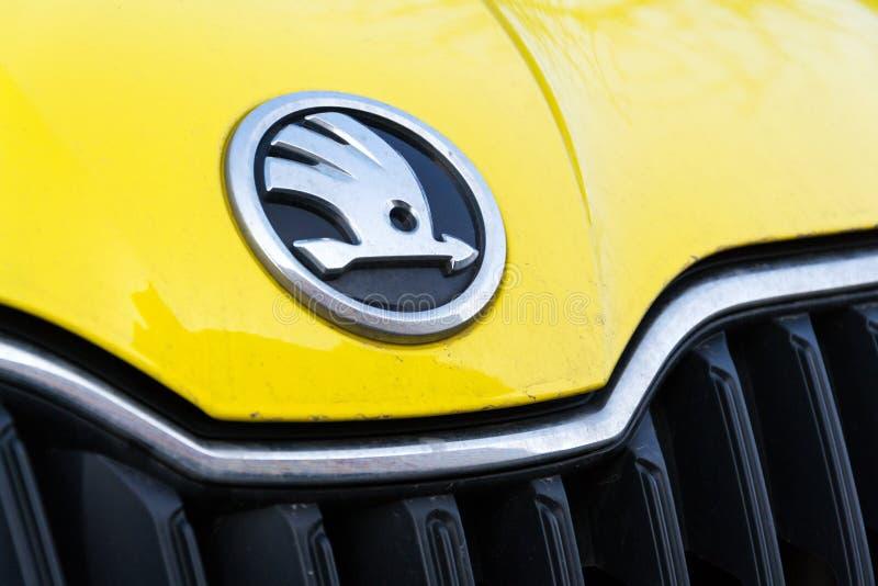 De Auto automobiele fabrikant van Skoda van Volkswagen-Groep bedrijfembleem op gele vuile auto stock fotografie