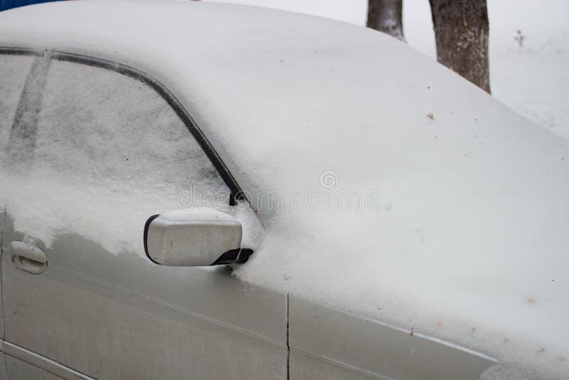 De auto door sneeuw in de winter wordt opgevuld die royalty-vrije stock afbeeldingen
