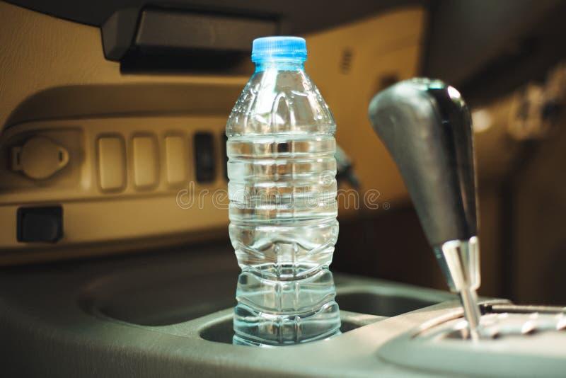 In de auto is een fles water, voor de bestuurder royalty-vrije stock foto