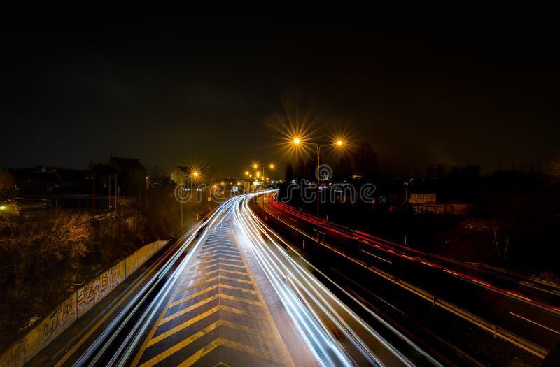 De auto lichte slepen in de stad, mening van de brug, Brno, Tsjechische Republiek stock foto
