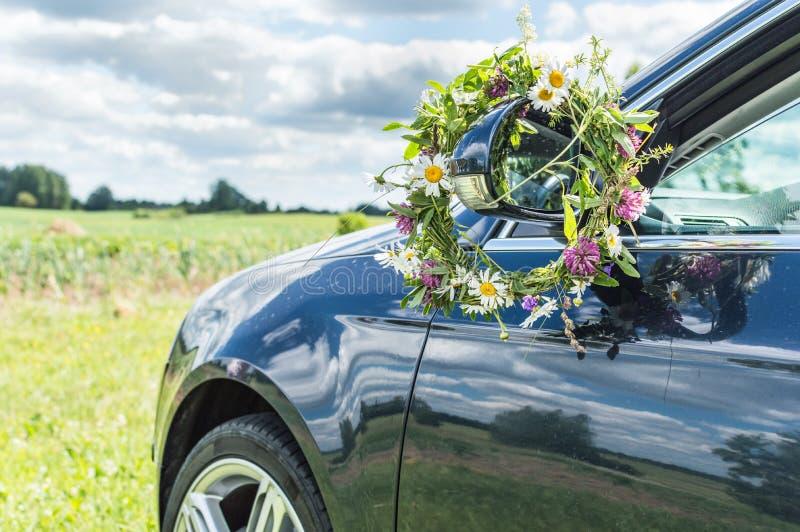 De auto ontmoet aard, de zomertijd stock foto's