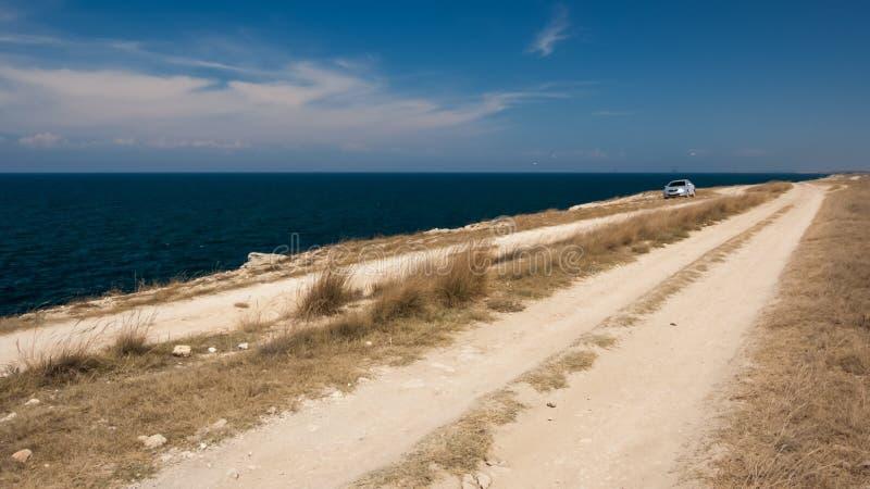 De auto op de weg op de kust royalty-vrije stock afbeeldingen