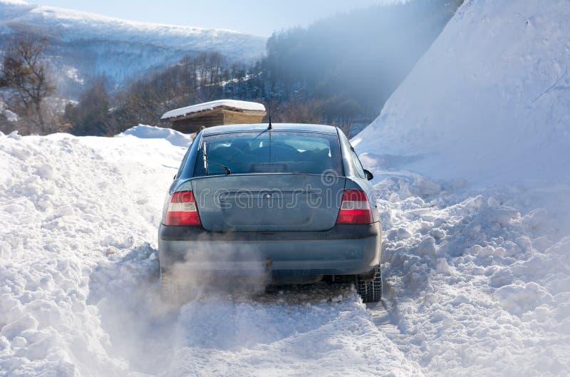 De auto plakte in de sneeuw terwijl het drijven royalty-vrije stock afbeeldingen