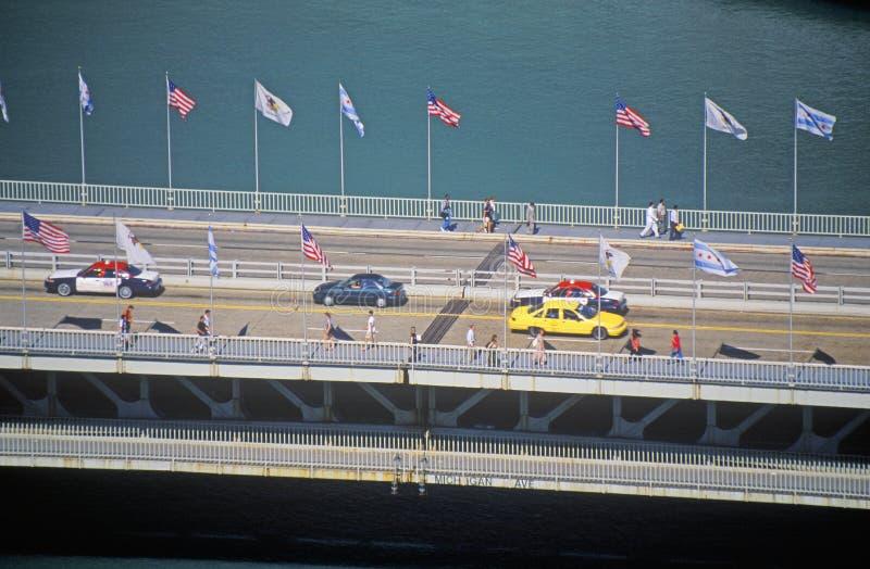 De auto's en de voetgangers kruisen over de Rivier van Chicago op de Weg van Michigan in Chicago, Illinois stock foto's