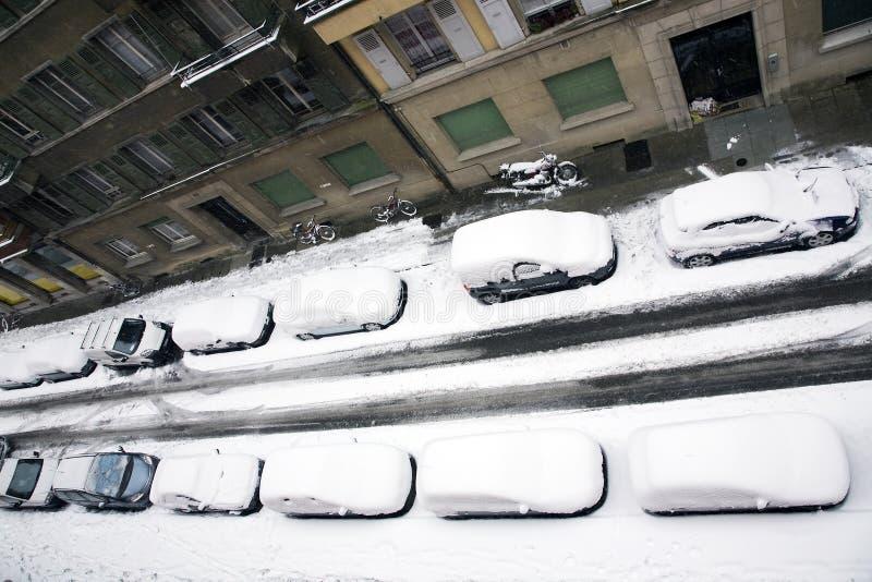 De auto's sneeuwden onder stock foto's