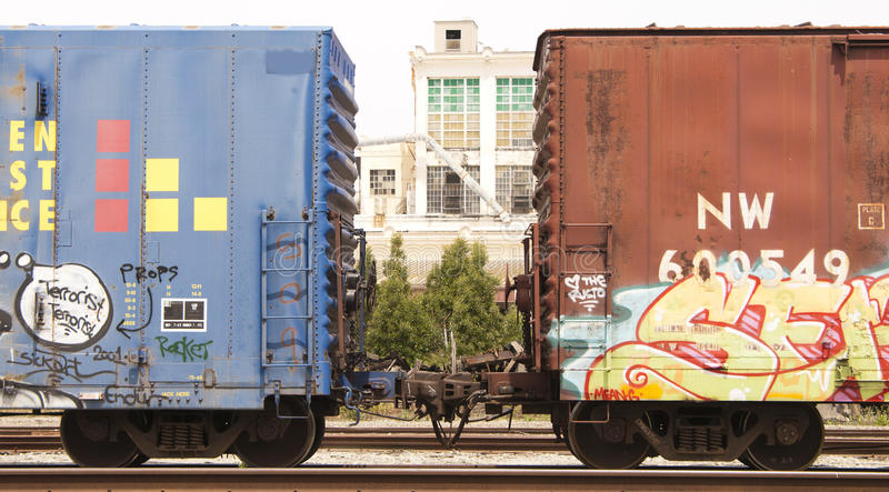 De auto's van de spoorweg met kleurrijke graffiti royalty-vrije stock foto's