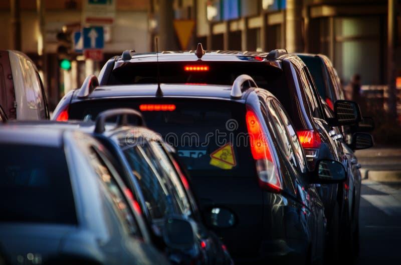 De auto's is in verkeer in de straat royalty-vrije stock afbeelding
