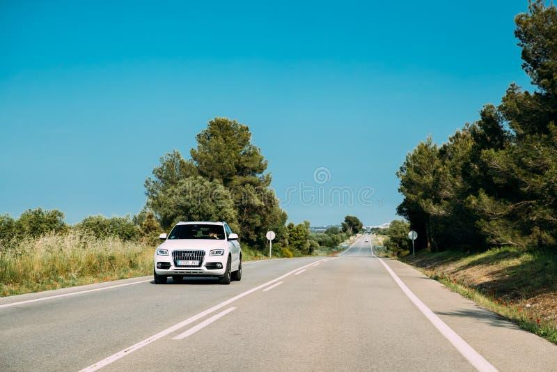 De Auto van Audi Q5 8R van Witte Kleurenaandrijving in Spaanse Landweg royalty-vrije stock afbeelding