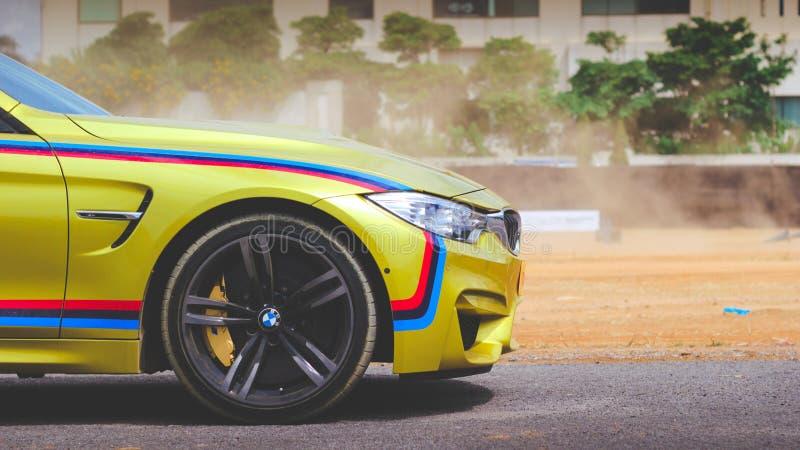 De auto van BMW M4 op weg stock foto's
