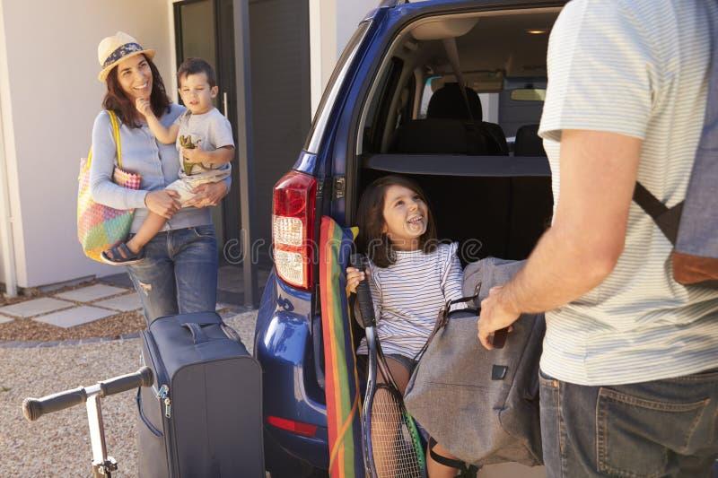 De Auto van de familieverpakking Klaar voor de Zomervakantie stock foto's