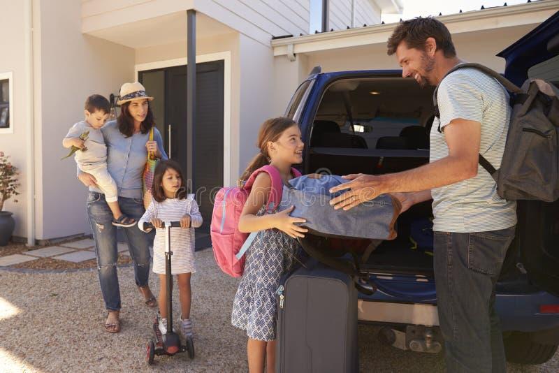 De Auto van de familieverpakking Klaar voor de Zomervakantie royalty-vrije stock afbeelding