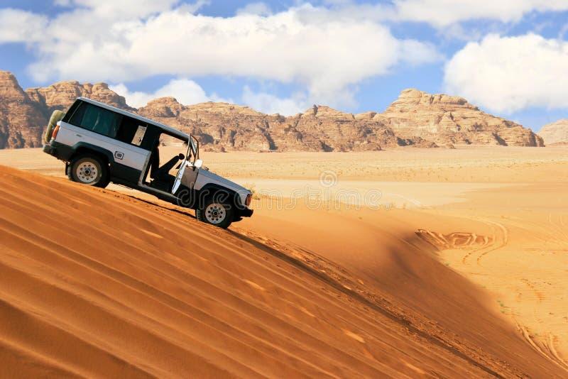 De auto van de jeep in woestijn stock afbeelding