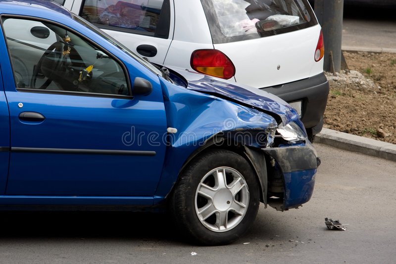 De auto van de neerstorting