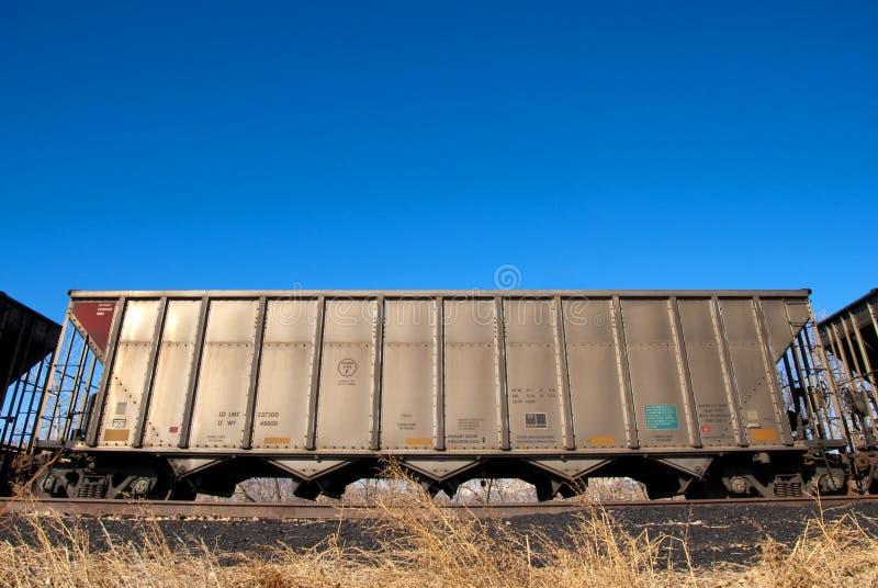De Auto van de spoorweg onder Heldere Blauwe Hemel royalty-vrije stock afbeelding