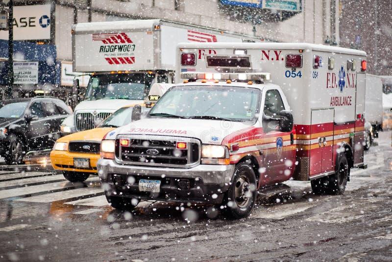 De auto van de ziekenwagen in blizzard royalty-vrije stock afbeelding
