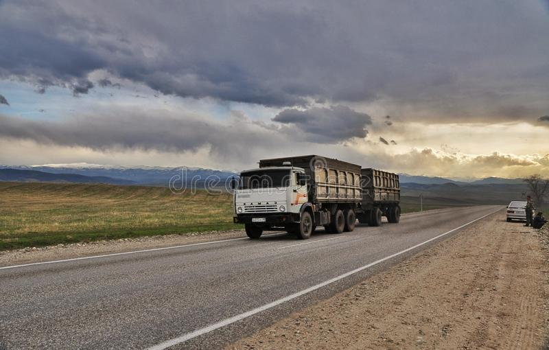 De auto van het berglandschap deviled Kamaz stock foto's