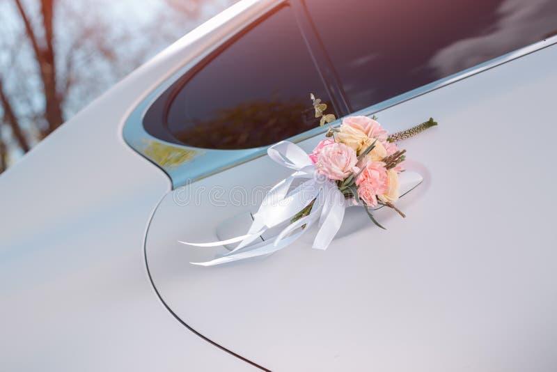 De auto van het luxehuwelijk met bloemen wordt verfraaid die stock fotografie