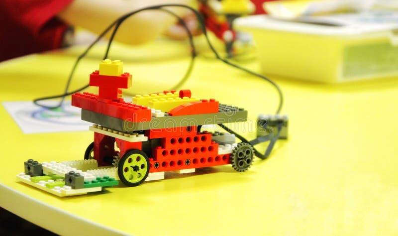 De auto van de ontwerper van de kinderen met beheer robotica stock afbeeldingen
