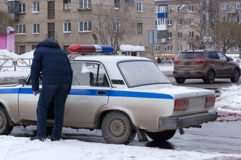 De auto van de politiemanhulpdienst het drijven straat met sirene het lichte knipperen royalty-vrije stock fotografie