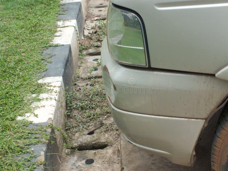 De auto werd geraakt door een ongeval wegens schuring of het instorten Zou moeten worden hersteld stock afbeeldingen