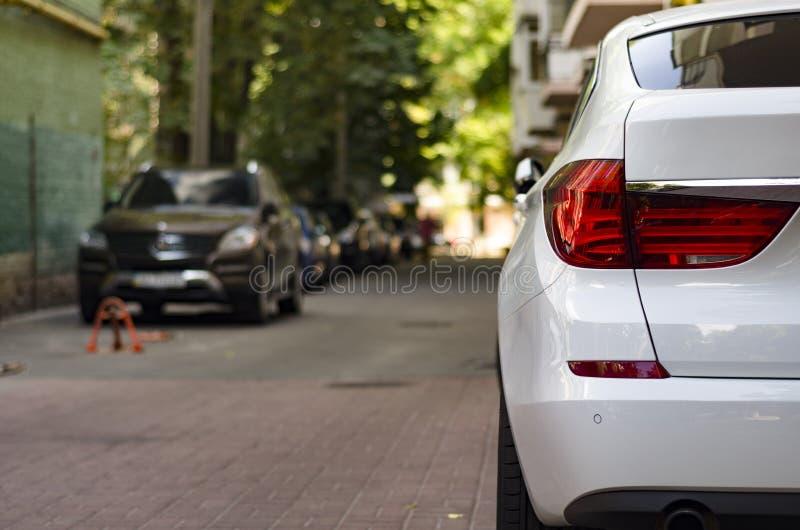 De auto wordt geparkeerd in de werf royalty-vrije stock fotografie