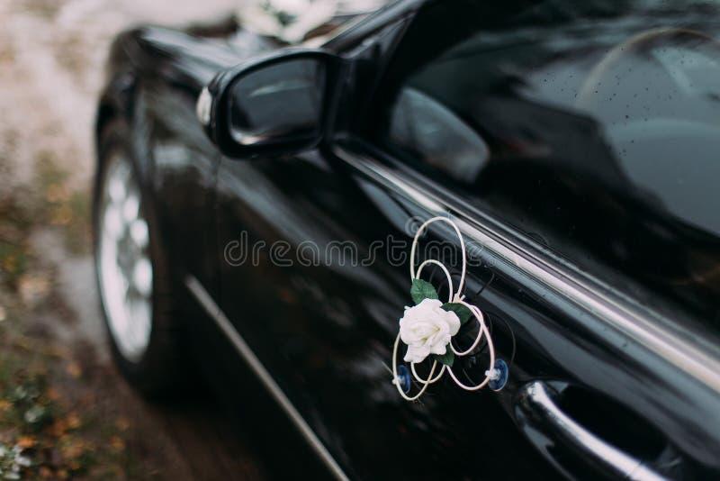 De autodecoratie van het huwelijk Buitensporige stoffenbloem in bijlage aan de deur door zuignappen stock afbeelding