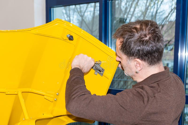 De autodelen van auto mechanische schroeven samen opnieuw na restauratie - Serie-Reparatieworkshop stock foto