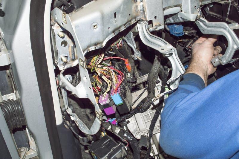 De autoelektricien controleert de bedrading van de auto royalty-vrije stock foto