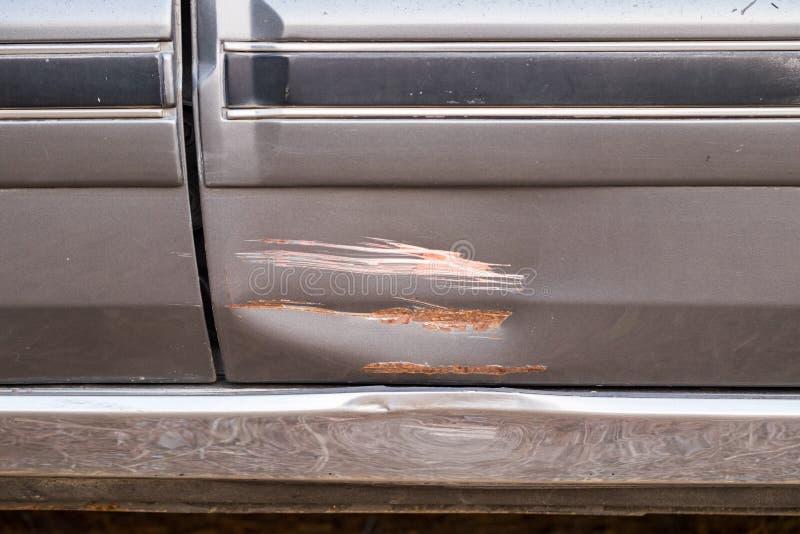 De autokant is gekrast en veroorzaakte neerstorting stock afbeelding