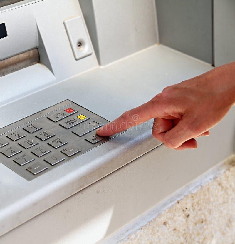 De automaat van het contant geldpunt in stad stock afbeeldingen