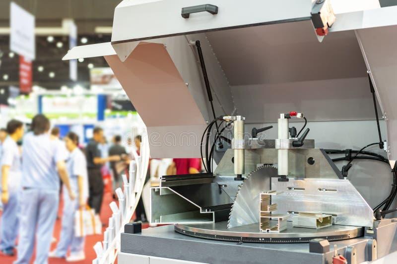 De automatische en ononderbroken machine van het de schijfblad van de hoge snelheids cirkelzaag om diverse vormen van de metaalpi royalty-vrije stock foto