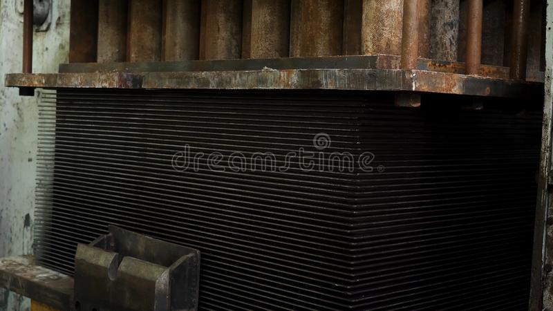 De automatische machine van de metaalpers tijdens het werk proces bij een fabriek Proces om metaaldeel op een pers te vervaardige stock foto's