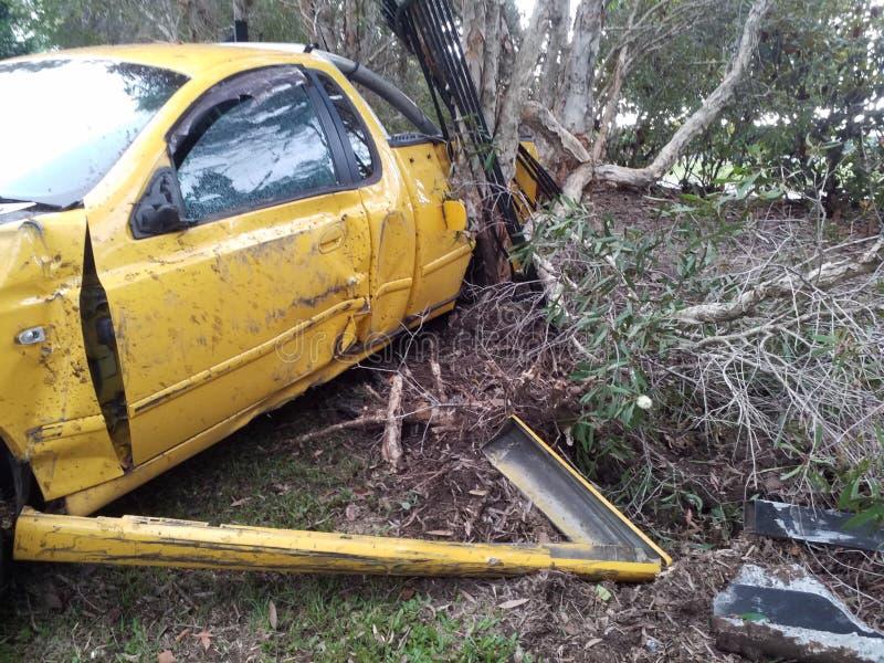 De autoneerstorting van de de Autoauto van het voertuigongeval aan kant van de weg Totaal beschadigd Gesloopte auto stock afbeelding