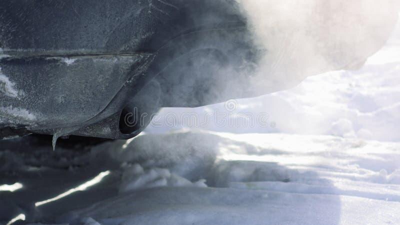 De autopijp puft uit uitlaatgas stock afbeelding