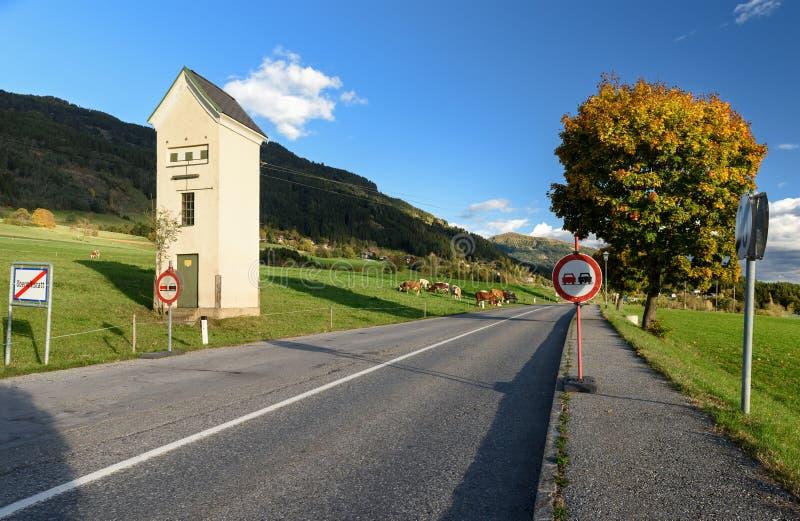 Download De Autosnelweg Van Het Land De Cabinehulpkantoor Van Het Land Obermillstatt, Oostenrijk Stock Afbeelding - Afbeelding bestaande uit hoog, landschap: 107702283
