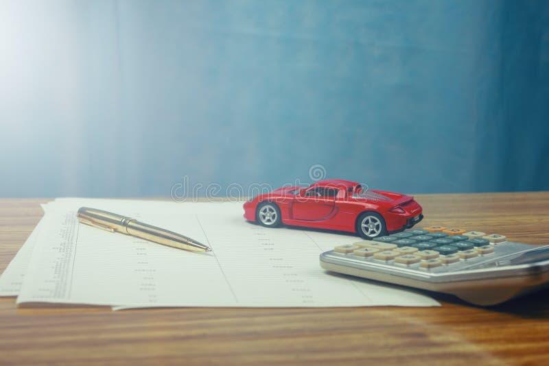 De autouitgaven berekenen met nota's stock afbeelding