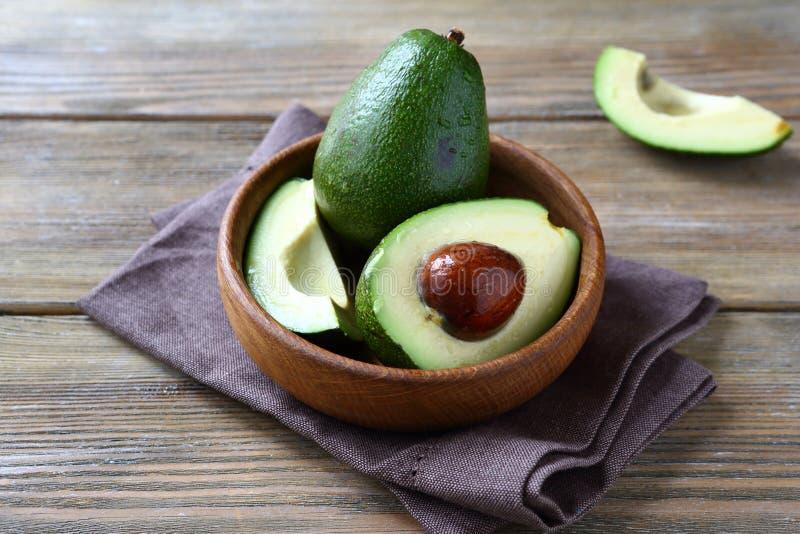 De avocadogeheel en helften stock afbeelding