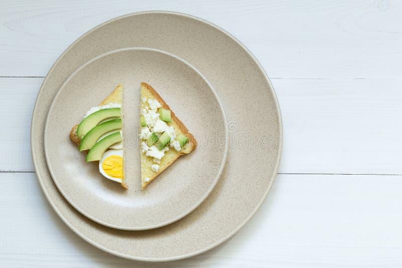 De avocadosandwiches met eieren, gesneden avocado en ei op geroosterd brood voor gezonde ontbijt of snack, kopiëren ruimte royalty-vrije stock afbeeldingen