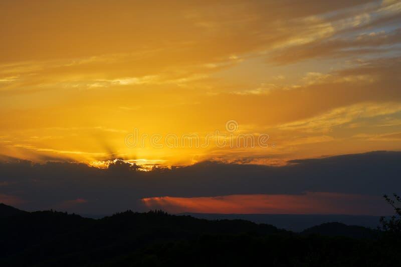 De Avond en de zonsondergang op bergheuvels van een Roemeens dorp stock fotografie