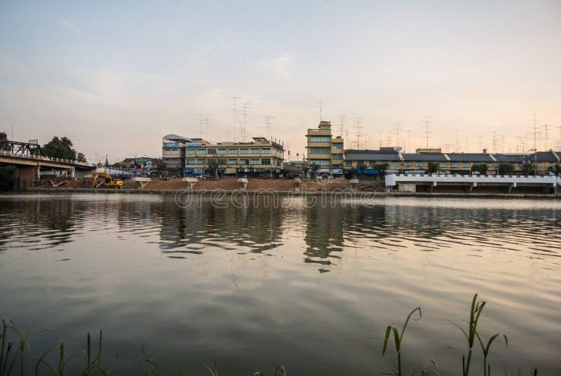 In de avond riverbank Mae Klong-rivier in Ratchaburi royalty-vrije stock foto