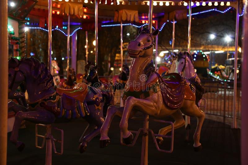 De avond van het carrouselpaard stock fotografie