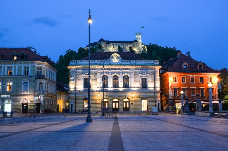 De avondmening over Congresvierkant en het kasteel van Ljubljana ` s, Ljubljana, Slovenië Ljubljana is de hoofdstad van Slovenië stock foto's