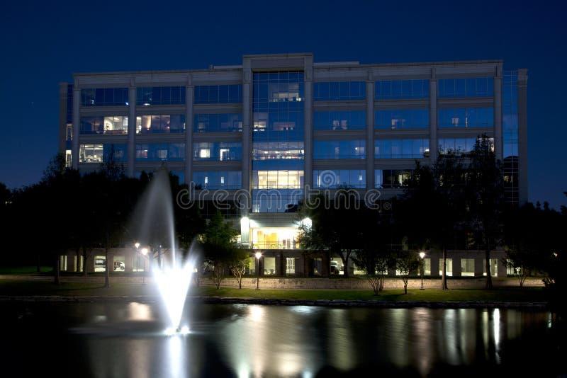De avondmening van Nice Hall Park in stad Frisco TX stock afbeeldingen