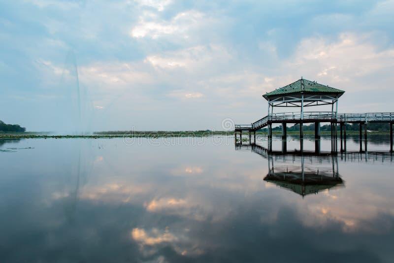 De de avondtijd of zonsondergang bij het Paviljoen op meer of vijver of moeras van Bueng ziet Fai, Phichit, Thailand stock fotografie