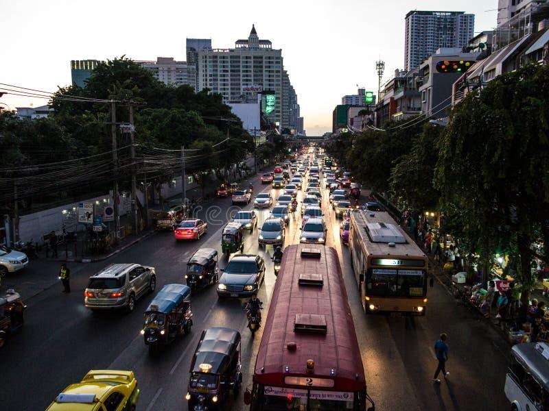 De avondverkeer van Bangkok stock foto