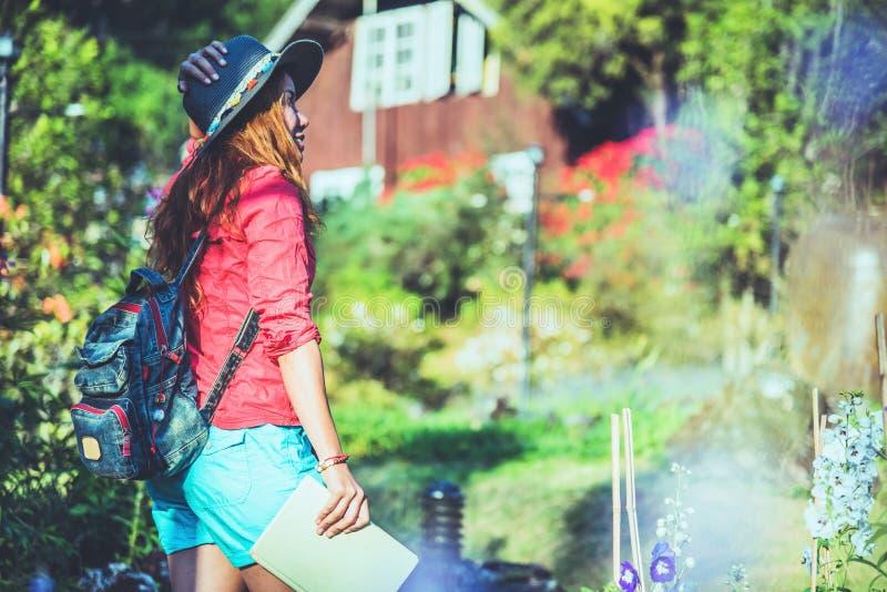De Aziatische aard van de vrouwenreis De reis ontspant Lezingsboek op het binnen park In de zomer royalty-vrije stock foto's
